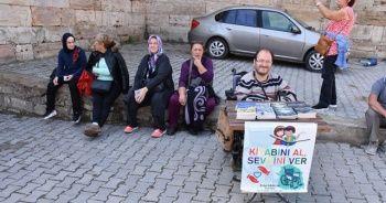 Engelli genç, akülü araba almak için kitap satıyor