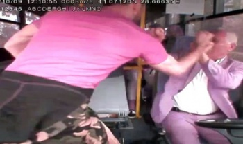 Midibüste dehşet! Yaşlı sürücüye yumruklu saldırı kamerada!