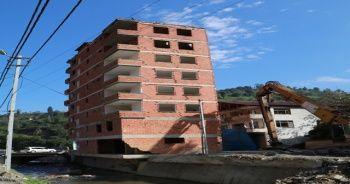 Rize'de 2 Ağustos'ta yaşanan selde gündeme gelen 7 katlı bina bugün yıkılıyor