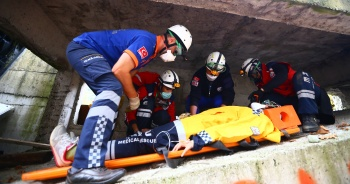 UMKE ekiplerinin arama kurtarma tatbikatı nefes kesti