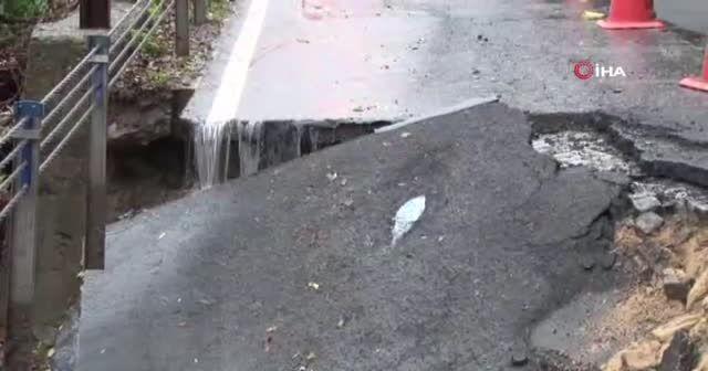 İstanbul'da yoğun yağış nedeniyle yol çöktü