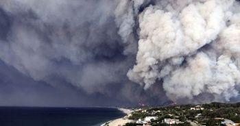 Kaliforniya'da kendisini orman yangının ortasında bulan kadın