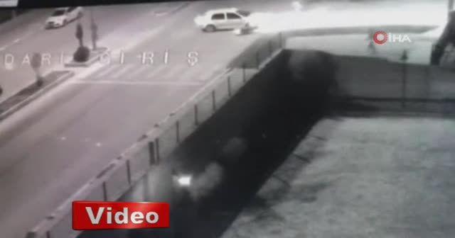 Motosiklet ile otomobilin çarpışma anı kameralara yansıdı