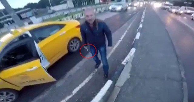 Taksi şoförü motosikletliye bıçak çekti