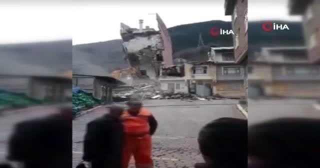 Bina kepçenin üzerine yıkıldı, o anlar saniye saniye görüntülendi