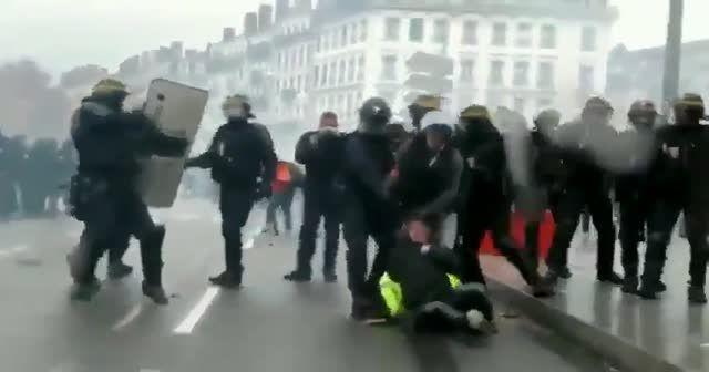 Fransa'da kadın gösterici saçından sürüklendi