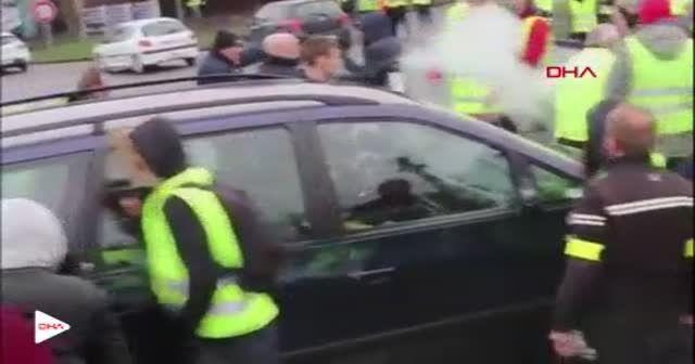 Fransa'da polisle 'sarı yelekliler'in 'biber gazı' mücadelesi