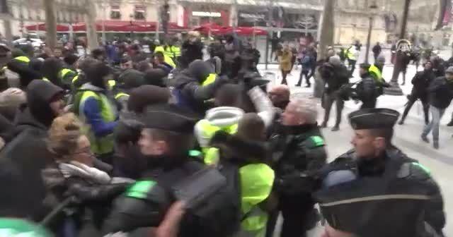 Fransa'da Sarı Yelekliler 5. kez sokaklarda