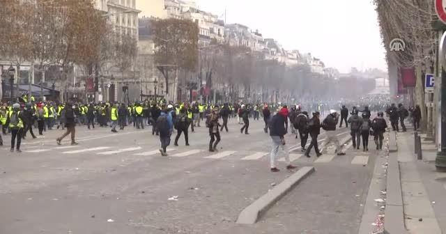 Fransa'da Sarı Yelekliler ile polis arasında gerginlik arttı