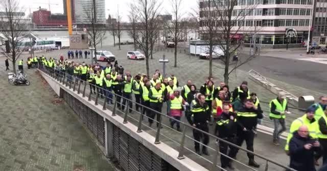 Hollanda'da Sarı Yelekliler protestolara başladı
