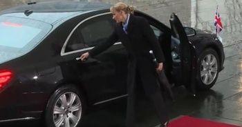 İngiltere Başbakanı aracının içinde kilitli kaldı