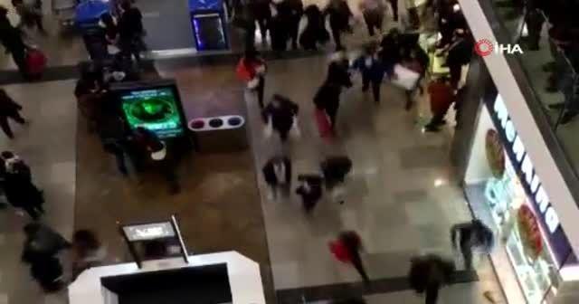 Londra'da AVM'de bıçaklı saldırı paniği