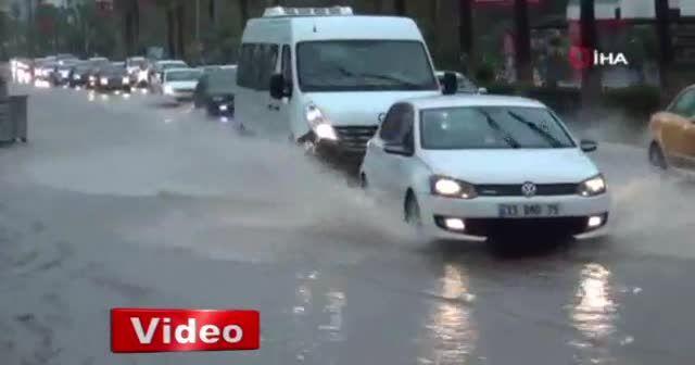 Mersin'de sağanak yağış okulları tatil ettirdi