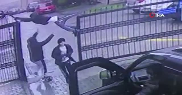 Otomatik kapı açılınca, üzerinden geçen çocuk düşme tehlikesi geçirdi