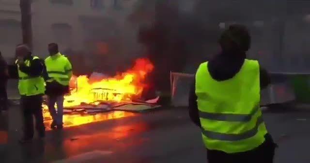 Paris sokaklarındaki araçlar ateşe veriliyor