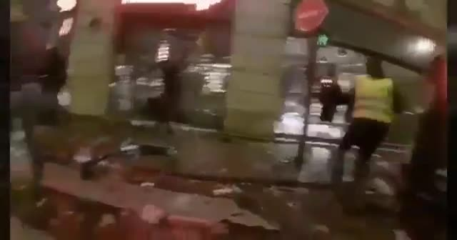 Paris'te eylemciler yağmalara devam ediyor