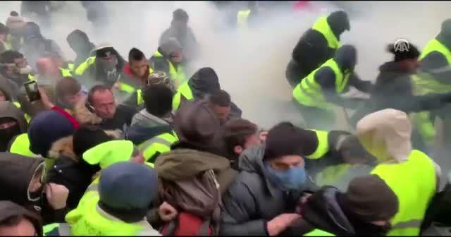 Paris'te polis göstericilere gaz bombası attı