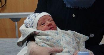 Yeni doğmuş bebek yol kenarında bulundu