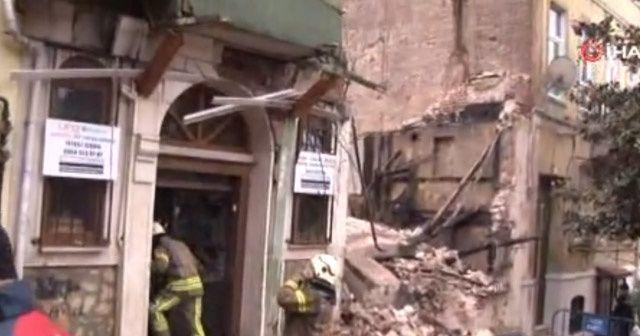 Fatih Yedikule'de bir bina çöktü. Olay yerine itfaiye ve sağlık ekipleri sevk edildi