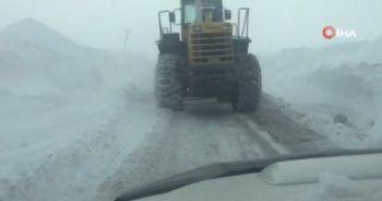Hakkari'de zorlu karla mücadele çalışması