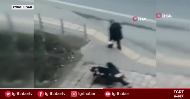 Kızlar sokak ortasında tekme tokat kavga etti