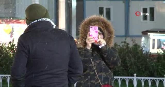 Taksim'de kar yağışı başladı, vatandaşlar telefona sarıldı