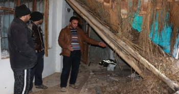 Yağışlara dayanamayan ev çöktü