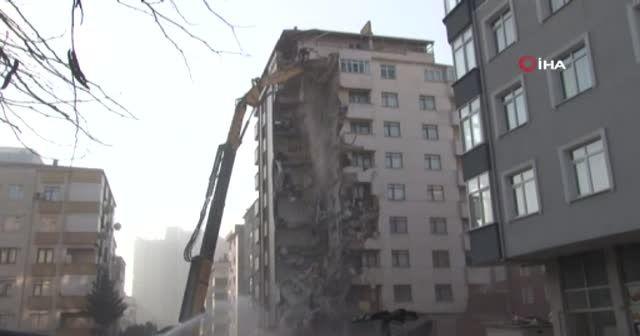 Çöken binanın enkazından çıkan deniz kabukları görüntülendi