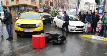 Ters yöne giren motosiklete taksi çarptı