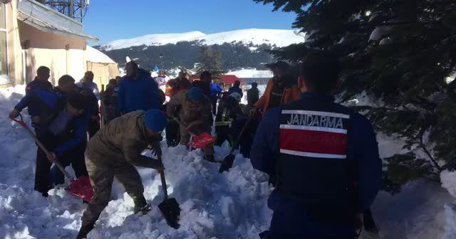 Uludağ'da büyük panik! Çok sayıda kişi karlar altında kaldı...