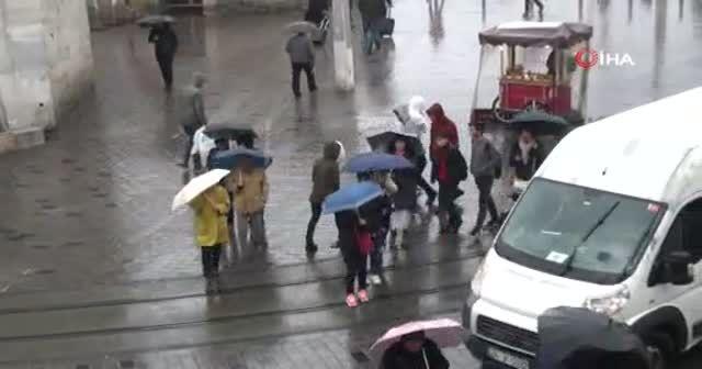 Kırılan şemsiyeler çöpleri doldurdu, şemsiye satıcılarının yüzü güldü