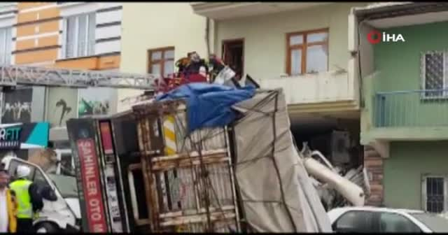 Kontrolden çıkan kamyon eve girdi