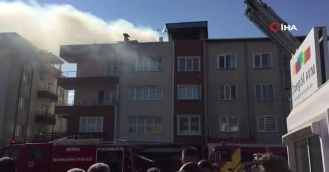 AVM'deki yüzlerce kişi yangını izlemek için sokağa döküldü