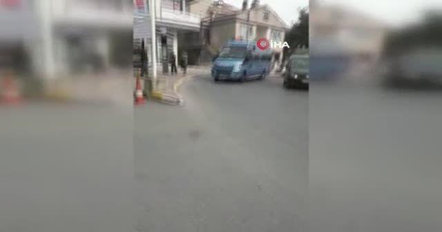 Minibüsün kapısında tehlikeli yolculuk kamerada