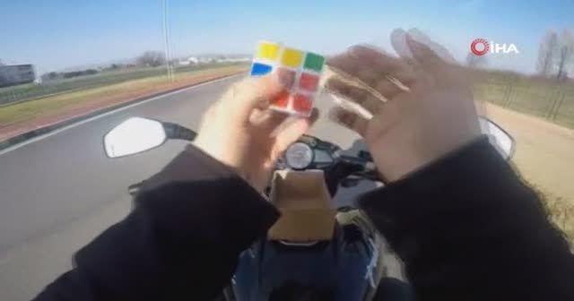 Motosiklet üzerinde rubik küp çözdü, oyun oynadı