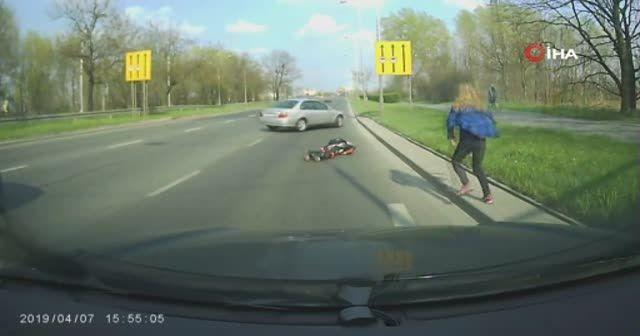 Geyik, motosiklet sürücüsünü yere serdi