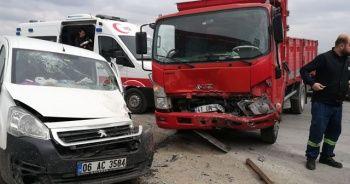 Kamyonetle hafif ticari araç kavşakta çarpıştı: 2 yaralı
