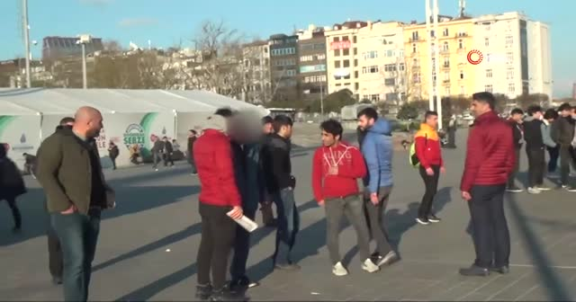 Taksim Meydanı'nda yumruk yumruğa kavga kamerada