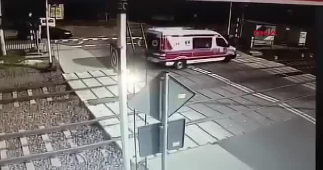 Tren, lastiği raylara sıkışan ambulansı biçti 2 ölü
