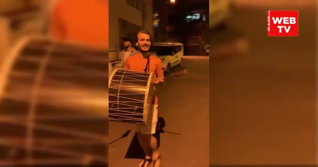 Abdulkadir Parmak Trabzon sokaklarında davul çaldı