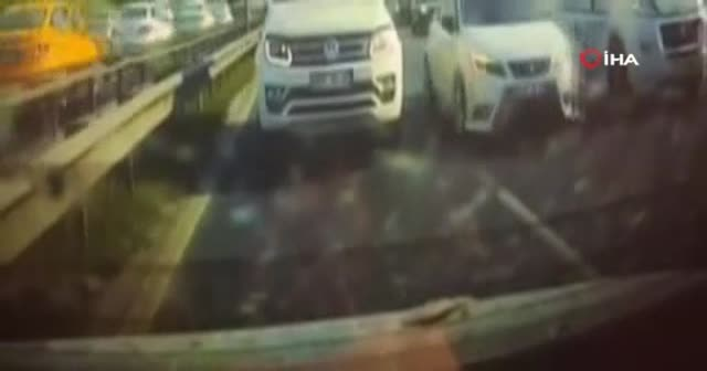 """Basın Ekpres yolunda sürücülerin bıçaklı """"yol verme"""" kavgası kamerada"""