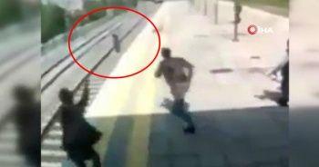 Trenin önüne atlayıp intihara kalkışan kadını kurtardı
