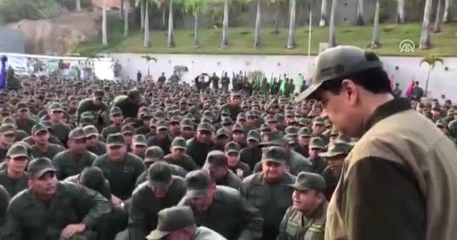 Maduro askerlerle birlikte yürüdü
