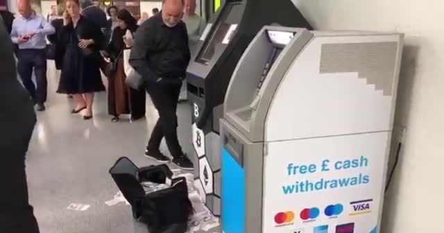 Bitcoin ATM'si para saçtı
