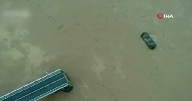 Çin'de köprü çöktü, araçlar nehre düştü