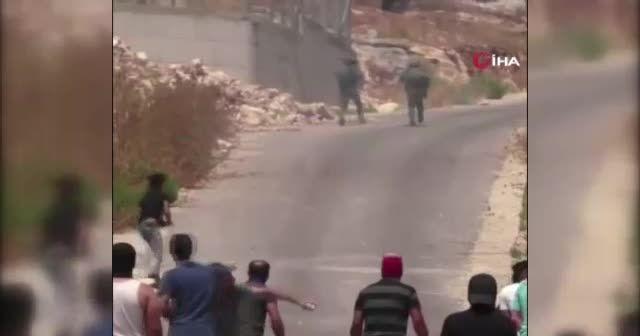 Filistinli gençler tam teçhizatlı İsrail askerlerini taşlayarak kovaladı