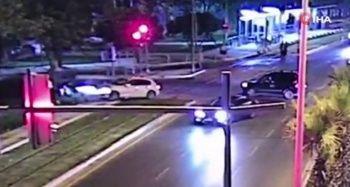 Kırmızı ışıkta geçen otomobil 3 kişiye çarptı