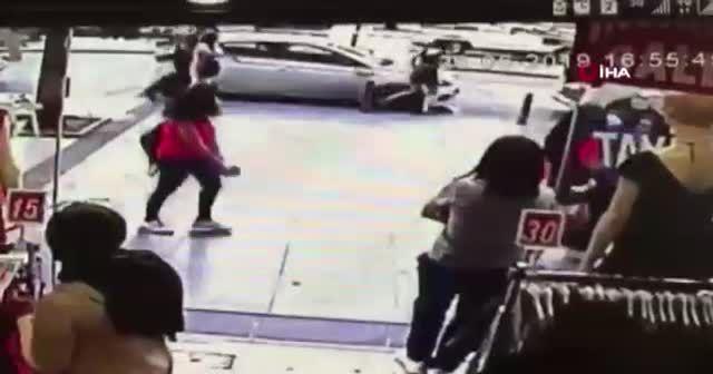 Şişli'de sinir krizi geçiren kadın otomobilini parçaladı