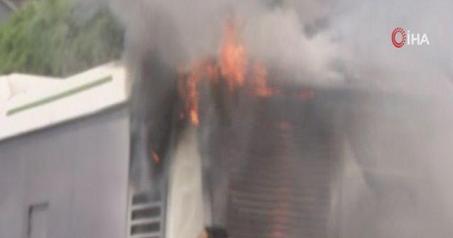 Seyir halindeki otobüs alev aldı, vatandaşlar yangın tüpleriyle müdahale etti
