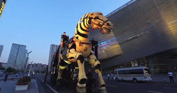 50 tonluk dev robot at ziyaretçilerin ilgi odağı oldu